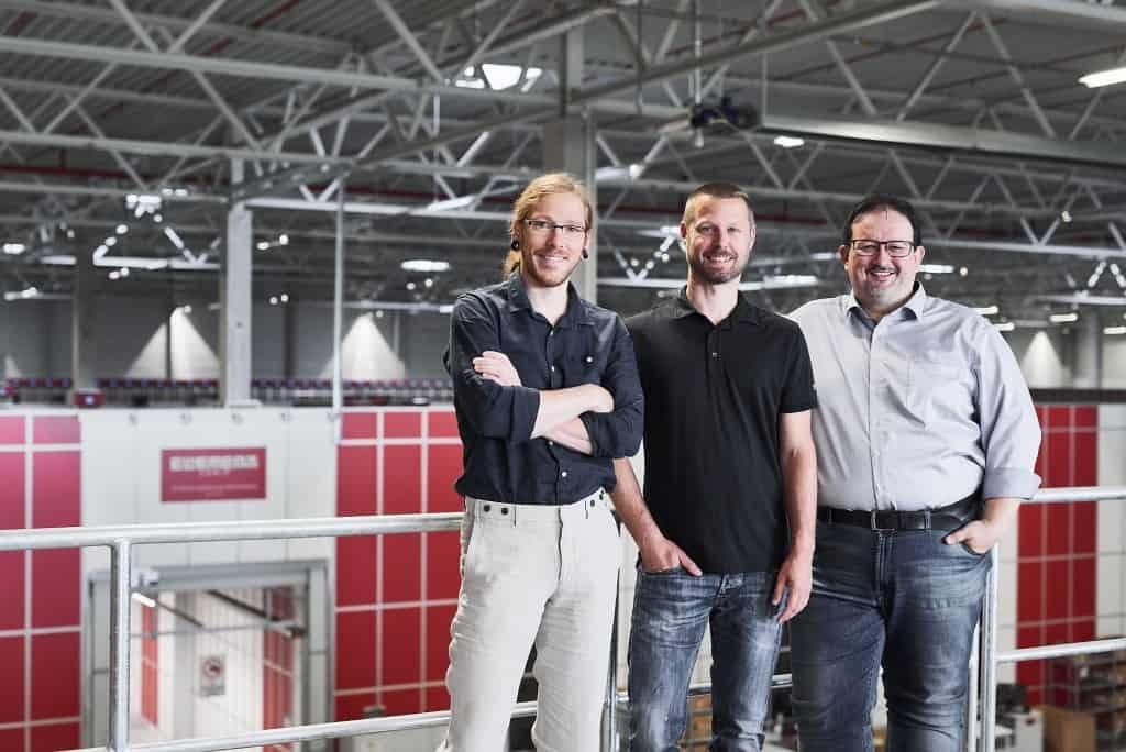 Thomas Klein und Ronny Höhn von Bergfreunde.de sowie Michael Kawalier von Element Logic im Lager der Bergfreunde