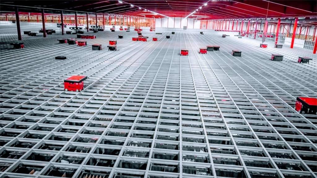 AutoStore Roboter fahren auf riesigem Grid bei Boozt