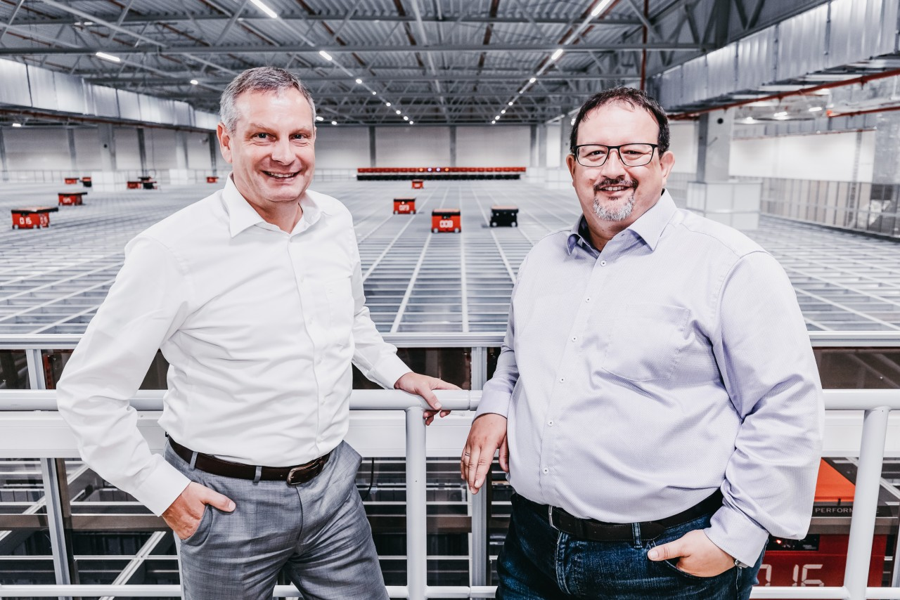 Thomas Rolle, Vice President European Operations bei TTI, Inc. und Michael Kawalier, Managing Director Sales bei Element Logic Germany vor dem AutoStore-System.
