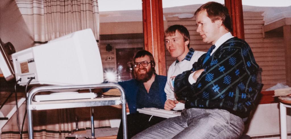 Die Gründer von Element Logic bei der Arbeit an einem alten Computer