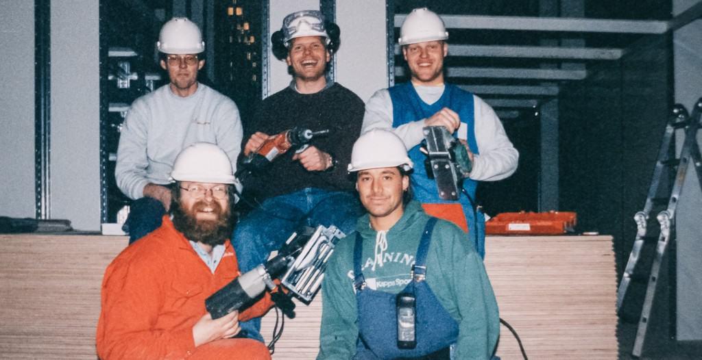 Ein altes Foto von Element Logic Mitarbeitern mit Werkzeugen