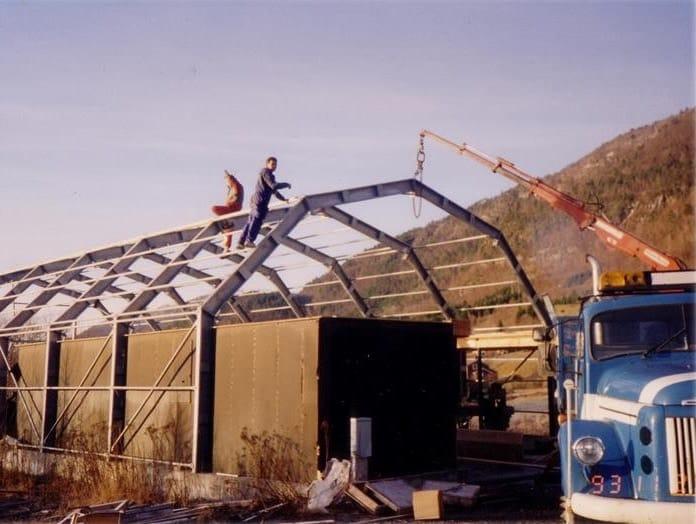 Das erste GS Bildeler-Lagerhaus wurde 1994 von zwei Männern in Bud gebaut.