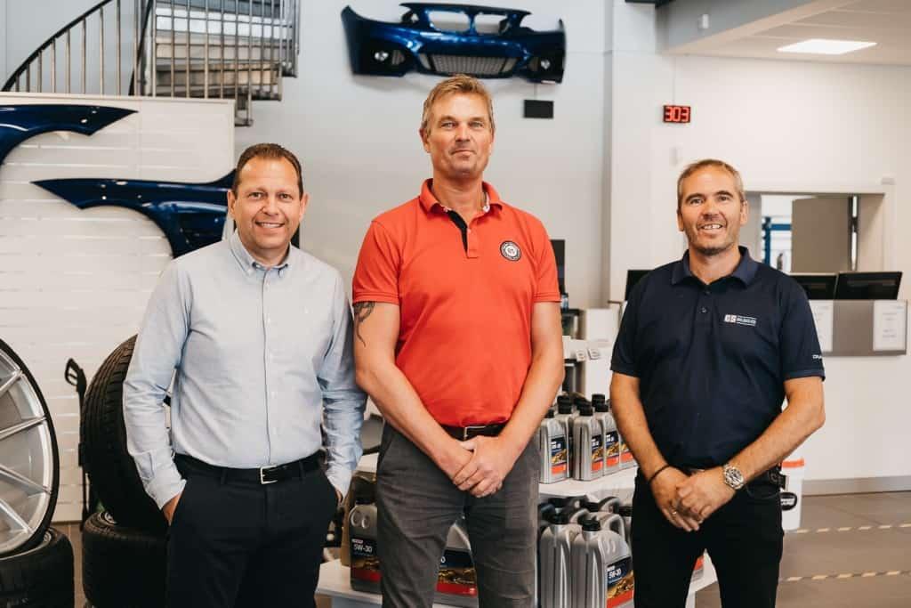 Die GS-Bildeler Gründer Jonny Skrivahaug und Trond Gule lächeln mit dem Geschäftsführer Sven Skogheim in die Kamera.