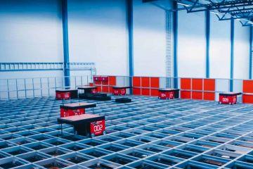 AutoStore Roboter fahren über das Grid bei Elektroimportøren