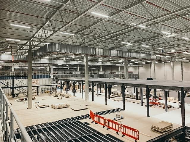 AutoStore Anlage auf Bühne wird erweitert Baustelle