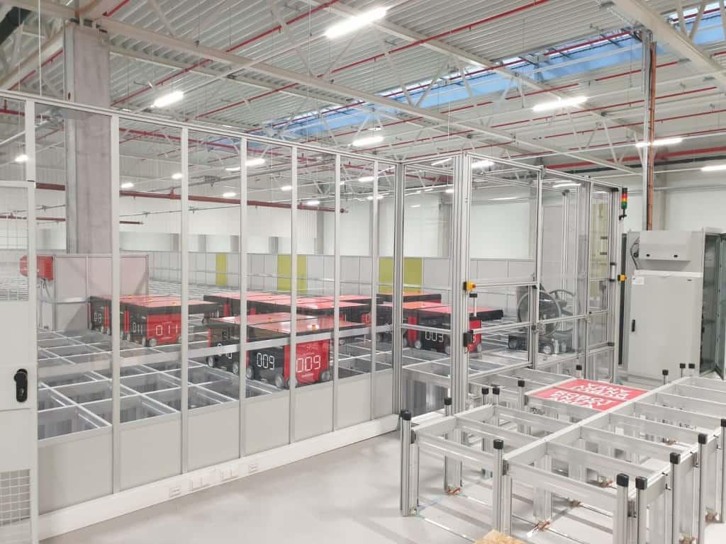 AutoStore Roboter lassen sich auf der Servicebühne beobachten